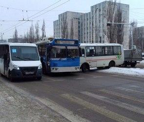 На Ленинском проспекте столкнулись ПАЗ и троллейбус: образовалась пробка (ФОТО)