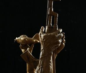 Воронежец выпилил из дуба памятник летчику, погибшему в Сирии (ВИДЕО/ФОТО)