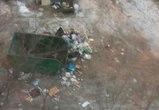 В Воронеже мусоровоз, промахнувшись мимо кузова, засыпал отходами двор  (ФОТО)