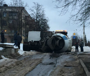 На улице 25 Октября перевернулась бетономешалка (ФОТО)