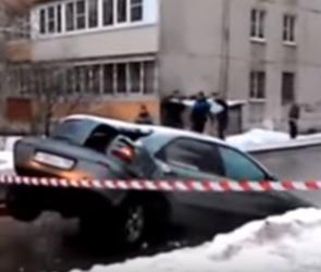 В Москве коммунальщики, доставая машину из ямы, порвали ее пополам