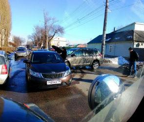 Движение по улице Урицкого парализовано из-за аварии (ФОТО)
