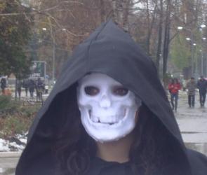 Воронежский суд снизил штраф студентке, которая была на митинге в маске смерти