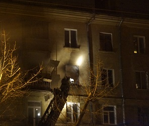 12 спасателей тушили пожар в многоэтажке на улице Ленинградской (ВИДЕО)
