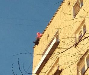 В Сети появились фото женщины, пытавшейся спрыгнуть с крыши многожтажки