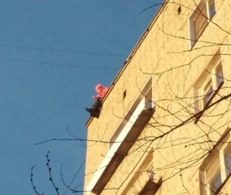 Воронежцы сняли на видео попытку девушки спрыгнуть с крыши многоэтажки