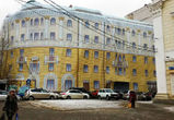 Заброшенный дом на площади Ленина завесили новым баннером (ФОТО)