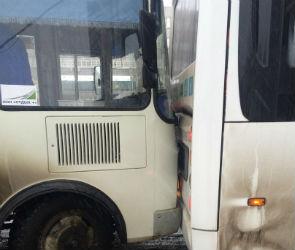 В Воронеже на Ленинском проспекте столкнулись два автобуса (ФОТО)