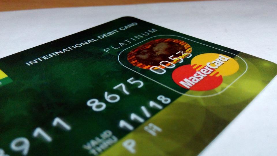 В Воронеже девушка сняла деньги с чужой банковской карты