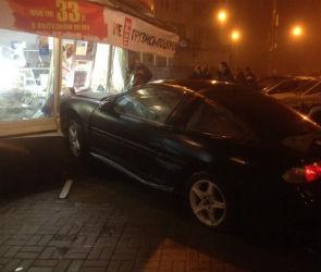 На Маршака иномарка протаранила «Русский аппетит»: водитель сбежал (ФОТО)