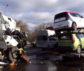 На выезде из Воронежа фура протаранила автовоз с иномарками (ФОТО)