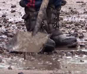 Воронежские дорожники вычерпывают воду из лужи метлой и лопатой (ВИДЕО)
