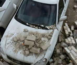 В Воронеже трактор завалил машины кирпичами (ФОТО)