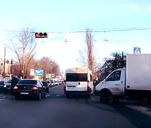 В Воронеже водитель маршрутки едва не задавил пешеходов на переходе (ВИДЕО)