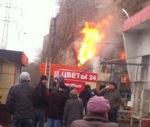 В Воронеже на улице Матросова сгорел торговый павильон (ВИДЕО)