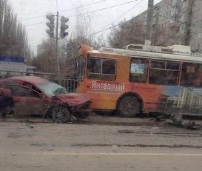 Троллейбус, кроссовер KIA и легковушка столкнулись на Ленинском проспекте (ФОТО)