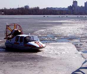 В Воронеже на водохранилище для предотвращения ЧП ломают подтаявший лед (ФОТО)