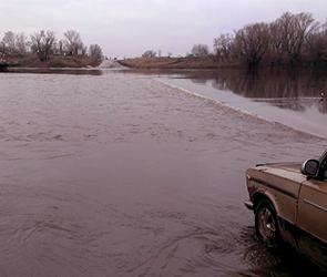 В пригороде Воронежа понтонный мост развели из-за разлива на Дону (ФОТО)