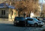 На улице Сакко и Ванцетти не поделили дорогу два дорогих внедорожника (ФОТО)