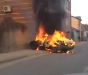 В Воронеже на улице Пятницкого загорелась машина (ВИДЕО)