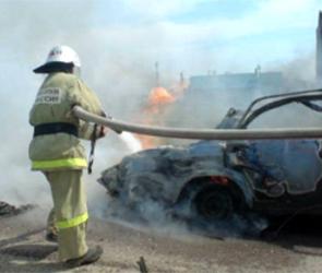 Горящая в центре Воронежа иномарка едва не спровоцировала пожар в здании