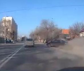 В Воронеже Hyundai протаранила мусорные баки и врезалась в забор (ВИДЕО)