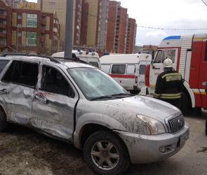 Два человека пострадали в столкновении кроссовера и фуры в Воронеже (ФОТО)