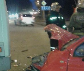 В столкновении «Дэу Матиз» и автобуса на Остужева пострадали люди (ФОТО)