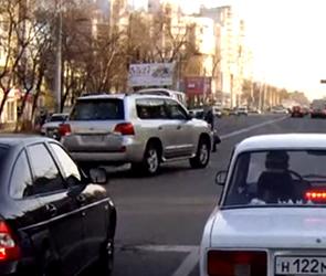 На левом берегу в Воронеже «Лэнд Крузер» чуть не передавил пешеходов (ВИДЕО)