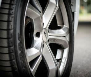 В Воронеже угонщик бросил украденную машину, пробив колесо