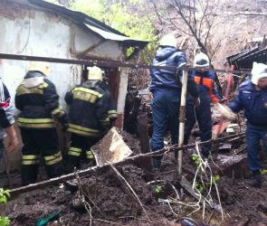В Воронеже во время оползня землей засыпало частный дом с людьми (ФОТО)