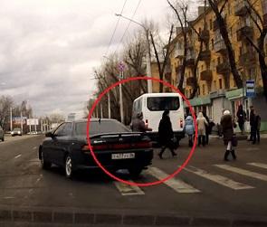 В Воронеже иномарка выехала на красный свет и едва не задавила пешеходов (ВИДЕО)