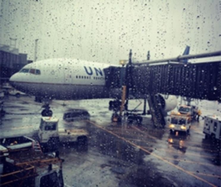 В Воронеже вытащили из грунта самолет, выкатившийся за пределы ВПП