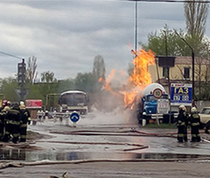 На улице Лебедева в Воронеже горит заправка, двое пострадавших (ФОТО, ВИДЕО)