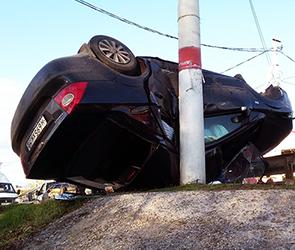 Под Воронежем «Форд» врезался в ограду и перевернулся на крышу (ВИДЕО)
