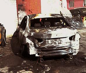 В центре Воронежа по неизвестным причинам сгорели две дорогие машины (ФОТО)
