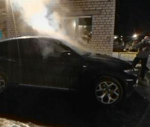 В Воронеже ночью по неизвестным причинам сгорел дорогой кроссовер (ФОТО)