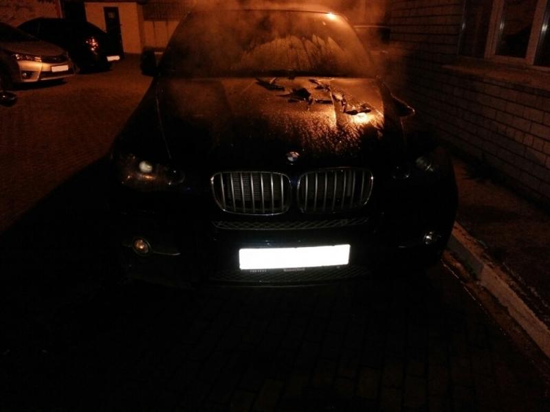 Активисты утверждают, что «БМВ Х6» сгорел на незаконной парковке