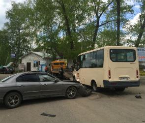 В Воронеже Hyundai врезался в маршрутку: пострадали три ребенка и две женщины