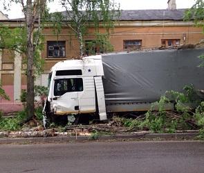 Отказали тормоза: в Воронеже большегруз едва не влетел в дом