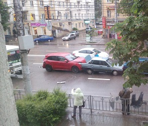 Яростный пассажир Porsche отломал дворник у ПАЗика, устроившего массовое ДТП