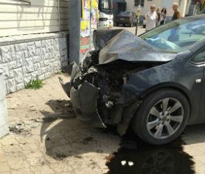 На Московском проспекте «Опель» сбил 11-летнюю девочку и врезался в аптеку