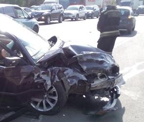 На проспекте Патриотов столкнулись три машины: есть пострадавшие