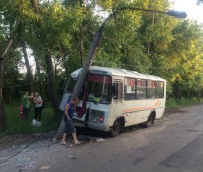 В Воронеже автобус протаранил фонарный столб