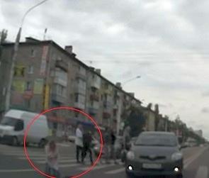 В Сети появилось видео ДТП, в котором иномарка сбивает девушку на «Димитрова»