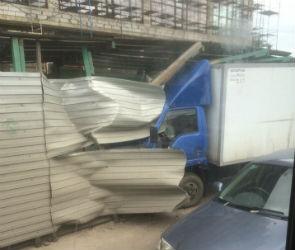 В Воронеже ГАЗель врезалась в строительные ограждения