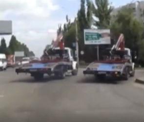 Гонка водителей эвакуаторов в Воронеже попала на видео