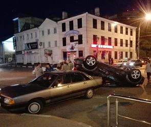 В центре Воронежа перевернулась иномарка: один человек пострадал