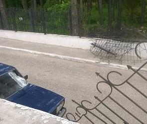 В Воронеже пьяная автоледи без прав протаранила три забора и две машины