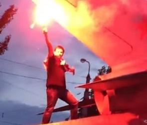 Расстроенный поражением сборной России болельщик забрался на памятник в Воронеже